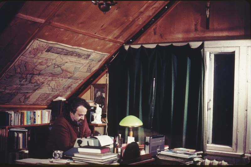 Прот. Александр Мень в кабинете, 1981 год